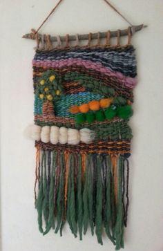 Telar decorativo Weaving Projects, Weaving Art, Tapestry Weaving, Loom Weaving, Loom Knitting, Knitting Patterns, Diy Wind Chimes, Tear, Woven Wall Hanging