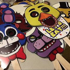 FIVE NIGHTS AT FREDDYS MASKS SET !! INSTANT DOWNLOAD!!★ This item is a PDF FILE (total 15 sheets, 13 for masks, 1 for the microphone and 1 for the lets party decoration). You dont receive a PHYSICAL PRODUCT. As soon as your payment is confirmed, a link be able to access your files on