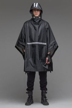 23 Ideas for stylish camping outfits jackets Poncho Raincoat, Raincoat Outfit, Rain Poncho, Camping Outfits, Rain Slicker, Black Poncho, Black Cape, Langer Mantel, Cyberpunk Fashion
