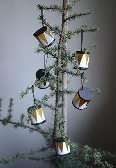 Toiletpapir-paprør som base for trommer til juletræet
