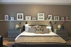 Bilderleiste an der Wand hinter dem Bett im Schlafzimmer