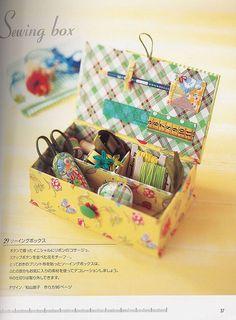 Essa caixinha de costura é simples de ser feita. A composição de tecidos florais e xadrez é muito harmônica e alegre. Uma graça!
