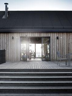Bois et simplicité scandinave du pavillon en bord de mer, Finlande