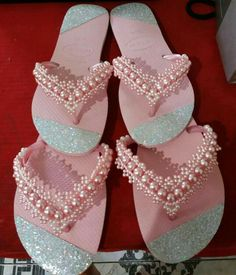 Decoration of Slippers with Pearls, a hit! Beaded Beads, Beaded Shoes, Embellished Shoes, Beaded Sandals, Beaded Jewelry Patterns, Bling Flip Flops, Flip Flop Sandals, Valentine Gift Baskets, Valentine Gifts