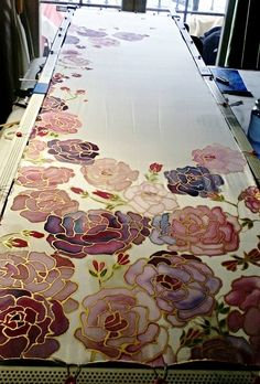Work in progress, still unfinished. Crepe silk shawl from China. Saree Painting, Fabric Painting, Fabric Art, Hand Painted Sarees, Hand Painted Fabric, Painted Silk, Fabric Paint Designs, Shibori, Batik Art