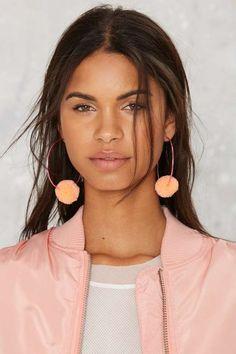 Aretes de pompones tendencia primavera-verano http://beautyandfashionideas.com/aretes-de-pompones-tendencia-primavera-verano/ Spring-Summer trend pompoms earrings #Accesorios #Accessories #aretesdemoda #aretesdepompones #Aretesdepomponestendenciaprimavera-verano #earrings #Fashion #Moda #Tipsdemoda