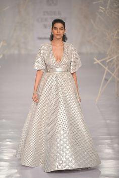 Pankaj & Nidhi at India Couture Week 2019 India Fashion Week, Lakme Fashion Week, Dress Outfits, Fashion Dresses, Maxi Dresses, Indian Gowns, Indian Wear, Bridal Lehenga Collection, Gowns Of Elegance