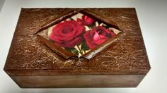 Caixa em mdf com pintura envelhecida e tampa com decoupage de rosas e moldura de jornal com dourado.