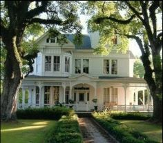 My dream house is an old white country house, with a wrap around porch. I want it to be older than this house tho. Style At Home, Future House, House Goals, Home Fashion, My Dream Home, Dream Homes, Ideal Home, Old Houses, Vintage Houses