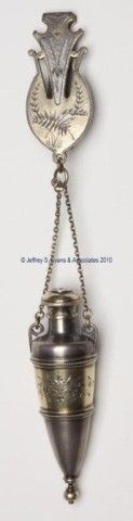 VICTORIAN QUADRUPLE-PLATE SCENT BOTTLE - Classical urn-form with gold-washed and engraved decorations, sprinkler cap with patent information, original chain and chatelaine clip. Fourth quarter century. 3 h bottle, 8 h overall. Or Antique, Antique Jewelry, Vintage Silver, Antique Silver, Antique Perfume Bottles, Beautiful Perfume, Vintage Accessories, Vintage Antiques, Jars