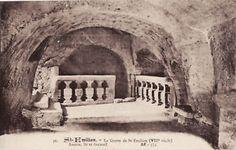 33 ST Emilion Grotte- 12) LA GROTTE MIRACULEUSE: En effet, le manuscrit raconte la vie du saint et son installation dans la forêt des Combes. Le fait qu'il y soit écrit qu'il tailla dans le rocher une cellule et un oratoire viendrait corroborer l'authenticité de l'ermitage, au moins à partir de cette époque. Mais on sait qu'à cette époque de crise religieuse, la confection de la légende du St Patron de la communauté devient une urgente nécessité.