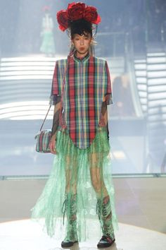 Take a look to Vivienne Westwood Spring Summer 2014 Ready-To-Wearcollection: the fashion accessories and outfits seen on Parigi runaways.