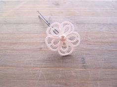 Pic cheveux fleur via Bijoux dentelle mariage frivolité Lilas Lace. Click on the image to see more!