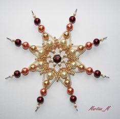 Vánoční hvězda 19 zlato-oranžovo-hnědá Vánoční ozdoba - hvězda, vytvořená ze skleněných a plastových korálků a perliček v ladící kombinaci zlaté, béžové, oranžové a červenohnědé. Průměr 12.5 cm, koncová očka na zavěšení na háček. Pouze jediný kus - originál.