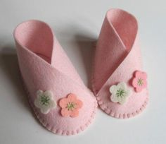 Baby Girl Flower Bootie KIT - Wool Felt - Do It Yourself - Materials and Instructions - Craft Kit - Pattern and Pre Cut PiecesKIT for one pair of baby booties, size zero to three months. Die cut wool felt pieces and instructions for sewing are included. Doll Shoe Patterns, Baby Shoes Pattern, Sewing Patterns, Vintage Baby Mädchen, Felt Baby Shoes, Costura Diy, Diy Bebe, Diy Couture, Baby Sewing