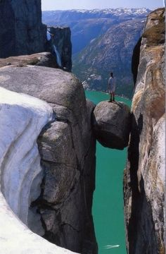 Kjeragbolten Lysefjorden, 1000 Metros por Encima del Fiordo, Noruega (Norway) and HOLY COW. He is standing on a rock suspended over a fJord. Places To Travel, Places To See, Travel Destinations, Places Around The World, Around The Worlds, All Nature, Norway Nature, Nature Pics, Lofoten