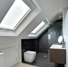 Bathroom inspiration - Two loft windows add plenty of light to this gorgeous bathroom. Badkamer op zolder onder schuin dak met 2 dakramen inspiratie - Model Home Interior Design Attic Loft, Loft Room, Bedroom Loft, Attic Stairs, Attic Office, Eaves Bedroom, Garage Attic, Attic Library, Attic Ladder
