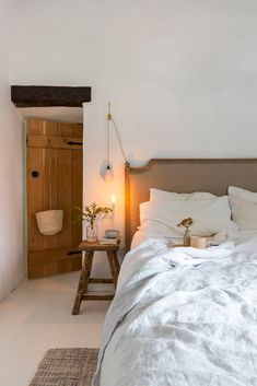 Real home: a Victorian country cottage with simple Scandi-style interiors Scandi Bedroom, Scandi Home, Room Ideas Bedroom, Home Bedroom, Bedroom Decor, Scandi Style, Decorating Bedrooms, Master Bedrooms, Scandinavian Cottage