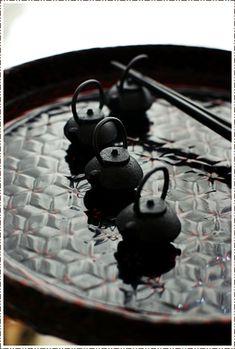 「Madu」で見つけた鉄瓶型の箸置き。  本物の南部鉄でできているので、ずっしりと重さがあり、良いお色を しております♪ 箸置き以外にも、お茶の...
