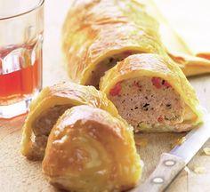 Prepară un aperitiv aspectuos şi gustos cu carne tocată! Iată reţeta de rulou cu carne! Pasul 1: Aluatul se taie cât trebuie pentru rulada, cam jumatate. Cu un sucitor se întinde pentru o obţine o foaie subţire. Pasul 2: Ardeii, bine spalaţi, se coc, se presara cu sare si se lasa sub un capac 10 …