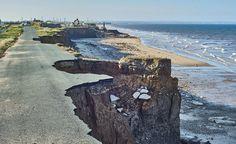 Les changements climatiques accélèrent l'érosion des côtes et mettent en danger les habitations littorales... Mais comment ça marche ? Et comment lutter ? Danger, Coastal, Outdoor, Winter Storm, Climate Change, Outdoors, Outdoor Games, The Great Outdoors