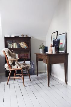 Vigdis og Bård sveitserhus i Trondheim Tekst: Åsne Hjukse Styling: Tone Kroken Foto: Yvonne Wilhelmsen Office Desk, Corner Desk, Living Spaces, Furniture, Home Decor, Corner Table, Desk Office, Decoration Home, Desk
