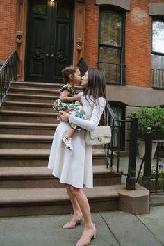 Photography by: Anna Chudnovsky Dress: Oscar De La Renta / Shoes: Chanel (similar) / Bag: Chanel (similar) Pregnancy Dress, Pregnancy Outfits, Mom Outfits, Pregnancy Photos, Classy Outfits, Maternity Dresses Summer, Maternity Outfits, Maternity Fashion, Stylish Pregnancy