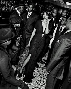 Actress Zoe Saldana& Harlem Renaissance shoot for Vanity Fair. I love the Harlem Renaissance, the writers, musicians and artists of th. Harlem Renaissance Fashion, Renaissance Mode, Renaissance Wedding, Renaissance Makeup, Fashion 1920s, Renaissance Costume, Renaissance Clothing, Fashion Wear, Fashion Clothes