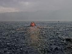 Kąpiel w oceanie. I deszczu