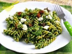 with powdered sugar: pasta with spinach, feta cheese and dried tomatoes - Jedzenie - Makaron Spinach Pasta, Spinach And Feta, Pasta Recipes, Diet Recipes, Healthy Recipes, Eat Happy, Going Vegetarian, Dried Tomatoes, Clean Recipes