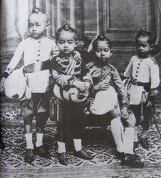 Young Princes of King Rama V  จากซ้าย สมเด็จฯเจ้าฟ้ามหาวชิราวุธ - สมเด็จฯเจ้าฟ้าจักรพงษ์ภูวนาถ-สมเด็จฯเจ้าฟ้ามหาวชิรุณหิศ - สมเด็จฯเจ้าฟ้ายุคลฑิฆัมพร