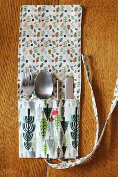 This zero waste DIY Cutlery Keeper Tutorial is easy and gorgeous too. And it's a super handy tool to have in your arsenal in the war on plastic. Diy Cutlery Pouches, Cutlery Holder, Knitting Projects, Knitting Patterns, Sewing Projects, Sewing Patterns, Fabric Crafts, Sewing Crafts, Diy Couture
