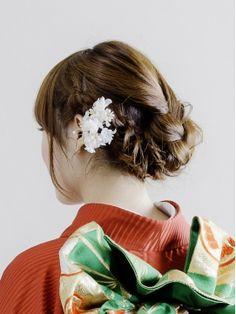 編み込みと三つ編みをミックスしてまとめていますね。すっきり清楚な中にもかわいいをイメージさせるセットスタイルです。 Hair Arrange, Hair Makeup, Kimono, Style, Fashion, Moda, Stylus, Hairdos, Party Hairstyle