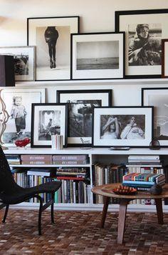 Черно-белые фотографии на стене и на тумбе