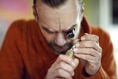 """Kuba Żeligowski w trakcie pracy nad projektem dla """"Minnie - Ikona stylu"""" Copyright ©Disney"""