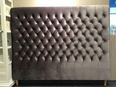 Vår fantastiske flotte sengegavl grå velour. Denne sengegavlen er 180cm bred og hele 160cm høy! Den er også veldig postret og tykk, med nagler langs siden. Kvaliteten er imponerende, og med dette stoffet, blir inntrykket skikkelig WOW! Vekten er faktisk så høy at vi må være to for å flytte den...