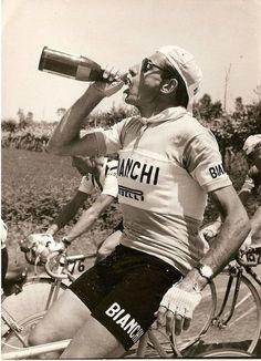 Fausto Coppi bebendo Prosecco no meio de uma prova.
