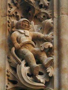 En la catedral de la ciudad española de Salamanca, construída en el año 1102, lo que la hace una de las más antiguas del mundo, en un  espacio de las paredes, se ve esculpido un astronauta, perfectamente bien vestido, hasta sus zapatos son perfectos. Nadie se explica cómo un astronauta del Siglo 20, pudo haber sido visualizado en el  Siglo 12.
