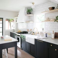 Kitchen Decoration: Color Trends and Ideas 2019 - Home Fashion Trend Black Kitchens, Home Kitchens, Black Kitchen Cabinets, Kitchen Counters, Modern Kitchen Backsplash, Small Modern Kitchens, Cute Kitchen, Modern Kitchen Renovation, Rustic Kitchen