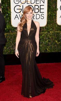 """Jessica Chastain usa vestido plissado com decote em V profundo, da Atelier Versace, para ir ao Globo de Ouro. A atriz é uma das indicadas à categoria de Melhor Atriz Coadjuvante, pelo filme """"A Most Violent Year"""""""