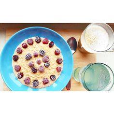 Guten Morgen   Zum Frühstück gab es Porridge mit Zimt Brombeeren und Himbeeren (9 SP) Zitronenwasser und eine Tasse Latte Macchiato (3 SP).   Heute nachmittag werde ich noch ein neues Brot backen.   Was steht bei euch an?   #abnehmen #abgerechnetwirdamstrand #ernährung #fit #fitness #healthy #lchf #lowcarb #lowcarbgermany #weightwatchers #weightwatchersdeutschland #ww #wwmädels #weightwatchersgermany #lowcarbdeutschland #weightloss #bodytransformation #yummy #instafood #instadaily…