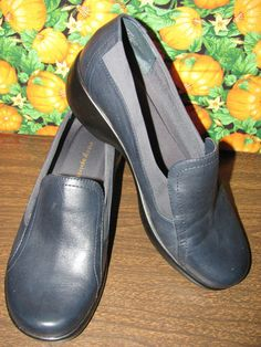 This hot little number will satisfy your every style craving    EASY SPIRIT    BLACK LEATHER LOAFER    SIZE 7M    1.5 IN HEEL    MINT CONDITION    FOR PREOWNED    AWESOME SHOES    VERY COMFY    SUPER CUTE    WONDERFUL ADDITION    TO YOUR WARDROBE