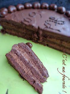 Biscuit à base de pâte d'amande fourré mousse au chocolat - 6 gros oeufs, 160g de pâte d'amande, 60g de sucre glace, 50g de beurre, 60g de sucre semoule, 50g de farine, 50g de Van Houten