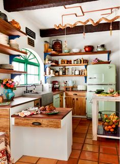 20 Lovely Retro Kitchen Design Ideas - Interior Design Ideas & Home Decorating Inspiration - . - 20 Lovely Retro Kitchen Design Ideas – Interior Design Ideas & Home Decorating Inspiration – mo - Home Interior, Kitchen Interior, Eclectic Kitchen, Modern Retro Kitchen, Retro Kitchen Decor, Vintage Kitchen, Eclectic Style, Funky Kitchen, Apartment Kitchen