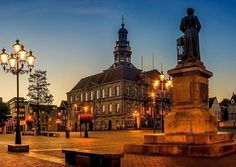 #Repost @geert_bollen84 ・・・ De volledige #panorama van de #markt #maastricht #cityofmaastricht #lights #igersholland #maastrichtcity #dutchconnection #super_holland #visitmaastricht #ditislimburg #limburg #city #street #night #sunrise #bluehour #lights #maastrichtcity #citylights #citylife #architecture #cityofmaastricht