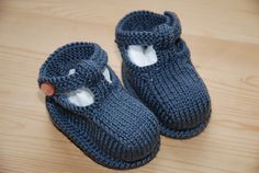 pattern by Debbie Bliss Adorable knit booties pattern. Free from Debbie Bliss at Ravelry. Free from Debbie Bliss at Ravelry. Baby Knitting Patterns, Free Baby Patterns, Knitting For Kids, Knitting Projects, Crochet Patterns, Knitted Baby Clothes, Crochet Baby Shoes, Crochet Baby Booties, Crochet Slippers
