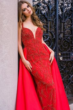 Stunning floor length form fitting fully embellished red couture gown with sleeveless bodice with plunging neckline features silk taffeta long over skirt. Red Fashion, Fashion Outfits, Estilo Glamour, Glam Photoshoot, Fashion Photography Inspiration, Beaded Gown, Prom Dresses, Wedding Dresses, Couture Dresses