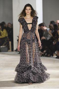 Giambattista Valli inova no uso dos babados - Vogue | Desfiles
