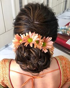 Floral Hairstyles Every Indian Bride Needs To Check Out! Messy Bridal Hair, Bridal Hairdo, Short Wedding Hair, Bridal Hair And Makeup, Wedding Hair Buns, Saree Hairstyles, Cool Hairstyles, Messy Bun Hairstyles, Engagement Hairstyles