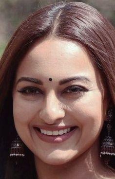 Sona😍😍😍 Sonakshi Sinha Saree, India Beauty, Beautiful Indian Actress, Bollywood Actress, Indian Actresses, Close Up, Beauty Makeup, Facial, Dreams